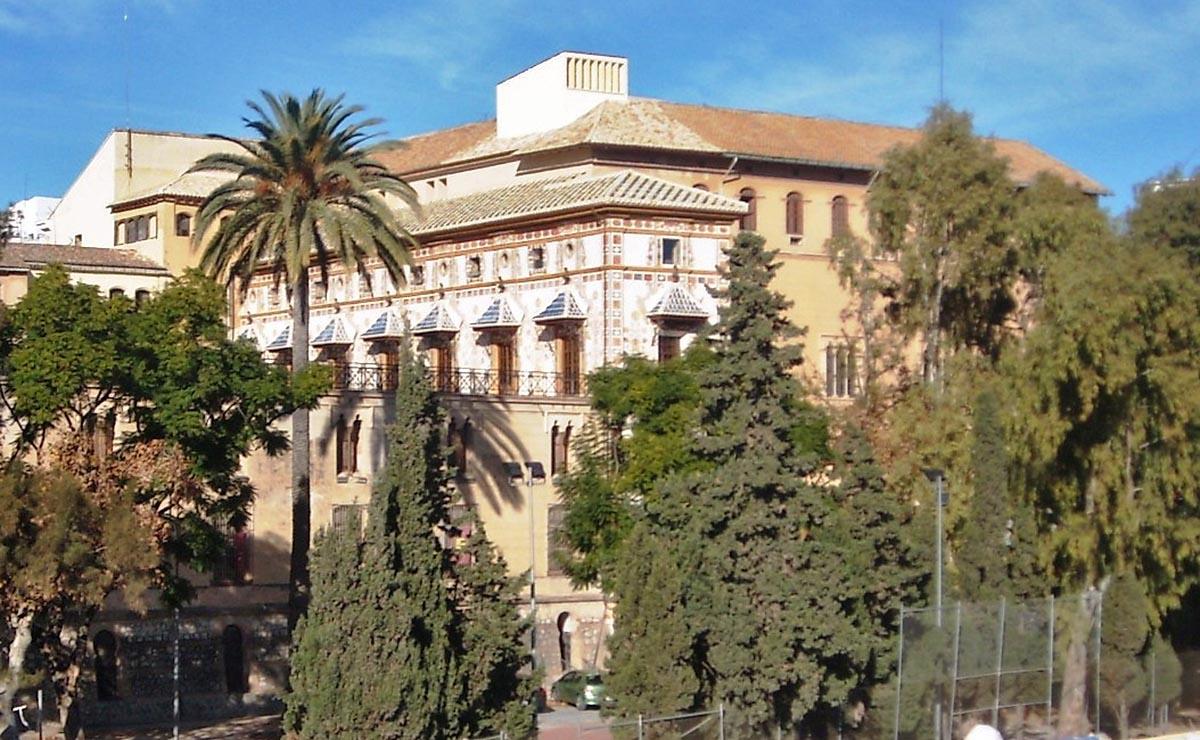 El Palau ducal des del pont que creua el riu Serpis.