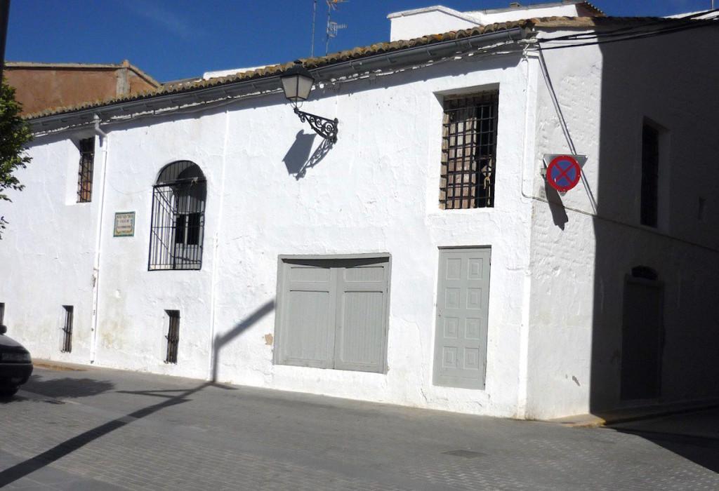 Façana del graner de la Senyoria a la plaça Major de Llombai